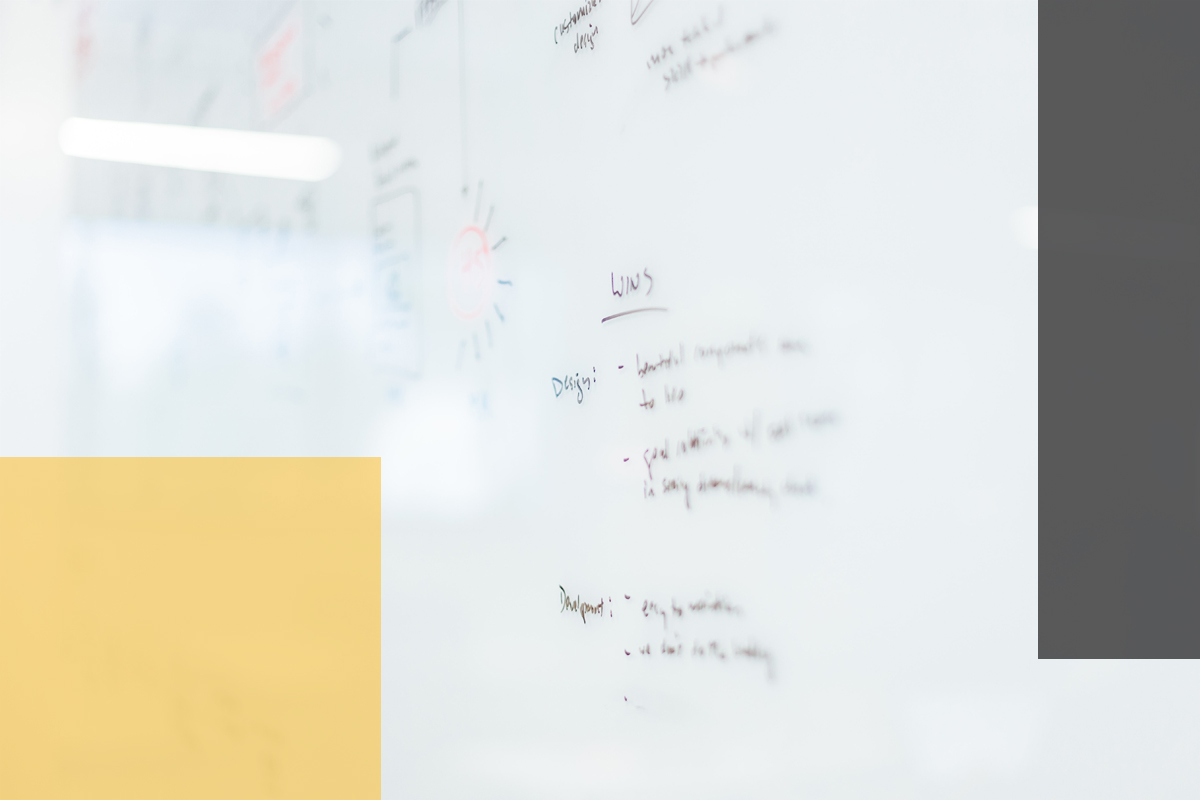Social Media Strategie auf einem Whiteboard (Foto: © unsplash.com/@plhnk)